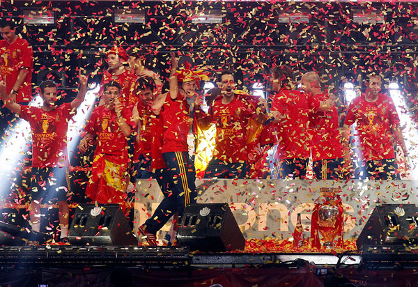 spain_is_celebrating_the_victory_in_the_euro_2012_with_fans_010.jpg