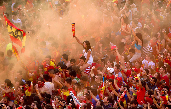 spain_is_celebrating_the_victory_in_the_euro_2012_with_fans_02.jpg