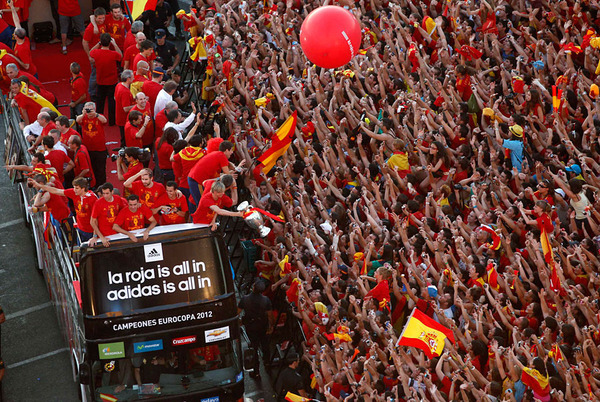 spain_is_celebrating_the_victory_in_the_euro_2012_with_fans_03.jpg