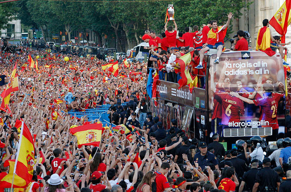 spain_is_celebrating_the_victory_in_the_euro_2012_with_fans_05.jpg