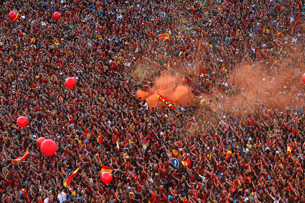 spain_is_celebrating_the_victory_in_the_euro_2012_with_fans_06.jpg