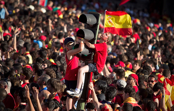 spain_is_celebrating_the_victory_in_the_euro_2012_with_fans_07.jpg