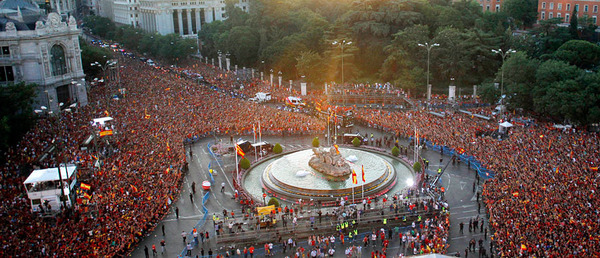 spain_is_celebrating_the_victory_in_the_euro_2012_with_fans_08.jpg