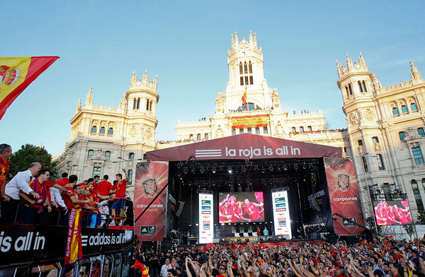 spain_is_celebrating_the_victory_in_the_euro_2012_with_fans_09.jpg